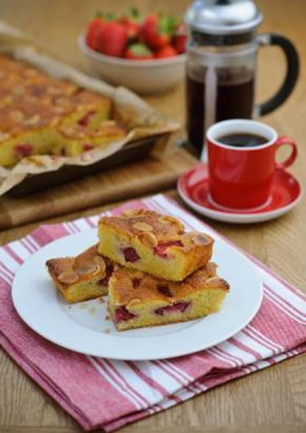 Recipe: Viva Strawberry & Almond Traybake