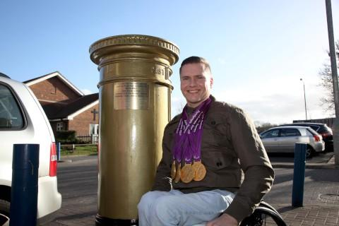 David Weir unveils plaque on Wallington's permanently gold postbox